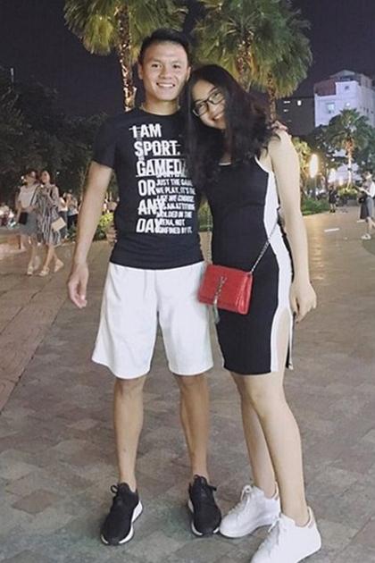 Nhật Lệ diệnváy thun phong cách thể thao màutrắng đen, ton sur ton với bạn trai.