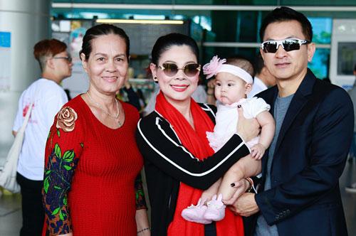 Mẹ ruột Thanh Thảo (trái) về cùng vợ chồng cô. Hồi tháng 10 năm ngoái, cômua vé máy bay cho mẹ sang Pháp du lịch cùngvợ chồng cô và cháu ngoại.