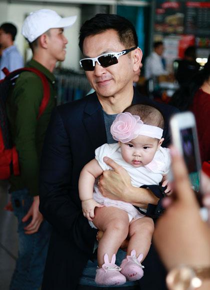 BéTalia đã gần 6 tháng tuổi trông khá tươi tỉnh được bố bế trên tay dù bay hơn 10 tiếng đồng hồ.