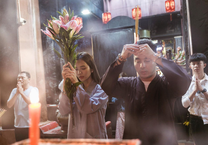 Vợ chồng Ưng Hoàng Phúc đi chùa cầu an năm mới