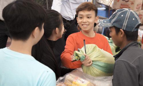 Việt Hương, Hồ Văn Cường trao quà người nghèo dịp Tết - ảnh 8
