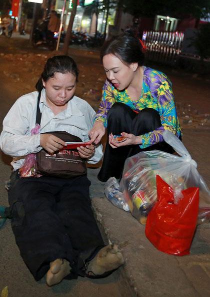 Việt Hương, Hồ Văn Cường trao quà người nghèo dịp Tết - ảnh 3