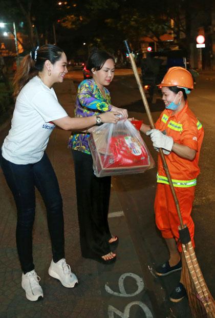 Việt Hương, Hồ Văn Cường trao quà người nghèo dịp Tết - ảnh 2
