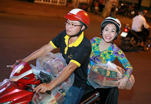Việt Hương, Hồ Văn Cường trao quà người nghèo dịp Tết - ảnh 1