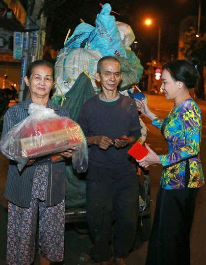 Việt Hương, Hồ Văn Cường trao quà người nghèo dịp Tết - ảnh 4