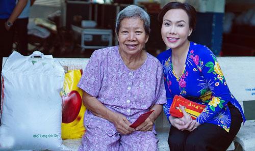 Việt Hương, Hồ Văn Cường trao quà người nghèo dịp Tết - ảnh 6