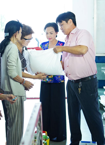 Việt Hương, Hồ Văn Cường trao quà người nghèo dịp Tết - ảnh 5