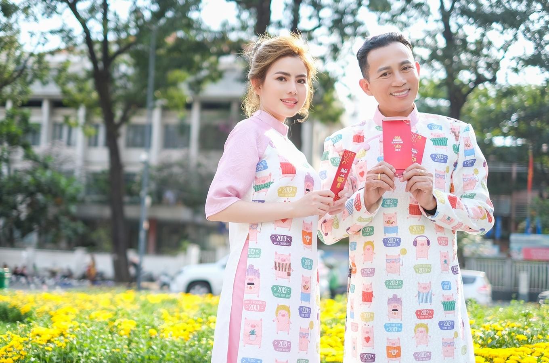 Nghệ sĩ Hữu Tiến cùng con gái mặc áo dài đôi dạo phố Tết