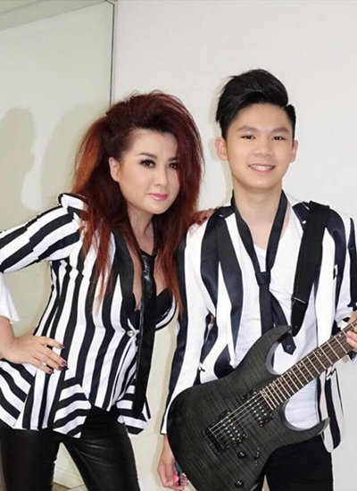 Tháng 5/2018, Beckam lần đầu biểu diễn với mẹ tại Mỹ. Cậu đệm guitar điện cho tiết mục của Trizzie Phương Trinh.