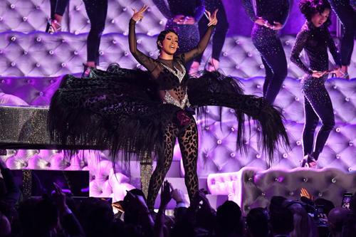 Cardi B cũng có màn trình diễn đáng nhớ trên sân khấu Grammy. Cô mặc bộ đồ da báo, nhảy gợi cảm trên sân khấu, hát Money. Billboard nhận xét nữ ca sĩ truyền tải nguồn năng lượng dồi dào cho người xem. Cardi Bcó năm đề cử ở Grammy năm nay. Cô chiến thắng giảiAlbum Rap xuất sắc vớiInvasion of Privacy.