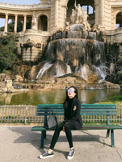 Á hậu Huyền My du xuânở châu Âu. Người đẹp đếnPháp và chụp hình kỷ niệm tại Palais Longchamp. Cô cho biết chuyến đi còn có mẹ và em trai.