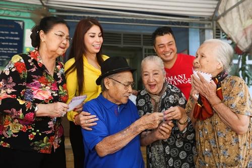 Gia đình Lý Hương chúc Tết nghệ sĩ ở Viện dưỡng lão dịp Tết vừa qua.