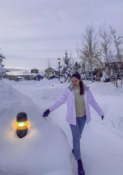 Trong chuyến xuất hành đầu năm, Minh Hằng chọn Las Vegas vàvườn quốc gia Yellowstone (Mỹ) để nghỉ ngơi, chuẩn bị cho những dự án nghệ thuật sắp tới. Ca sĩ chia sẻ thời tiết khá lạnh, băng tuyết dày khiến cô bị sốc nhiệt.