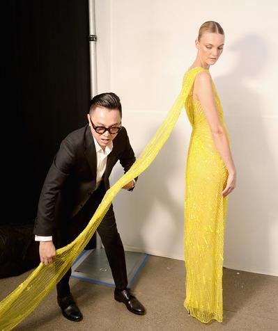 Trang Zimbio đăng ảnh Công Trí chỉnh trang phục mở màn cho siêu mẫu Caroline Trentini.