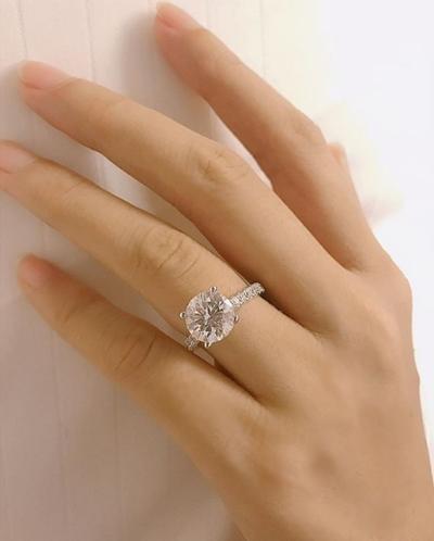 Phạm Hương khoe nhẫn cầu hôn đính kim cương.