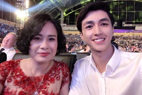 Tin đồn Bình Anh và Phương Nga hẹn hòrộ lên từ khi anh đến chung kết Hoa hậu Việt Nam 2018 để cổ vũ cho người đẹp, khi đó còn là thí sinh. Sau khi đoạt giải á hậu, cả hai còn chụp ảnh lưu niệm cùng nhau trên sân khấu.