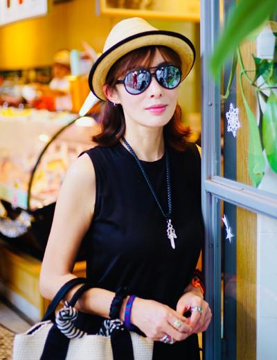 Trương Mẫn ở tuổi 51. Cô ngừng đóng phim từ đầu thập niên 2000, chuyển sang kinh doanh. Người đẹp hẹn hò một người đàn ông kém 10 tuổi.