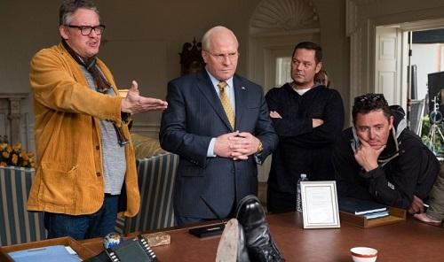 Adam McKay (trái) chỉ đạo diễn xuất trên phim trường.