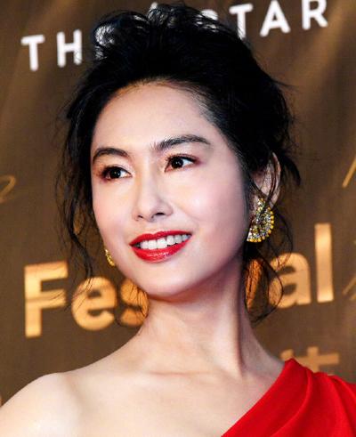Ở tuổi 47, không còn hoạt động sôi nổi trong làng giải trí, Chu Nhân vẫn là gương mặt đại diện của nhiều thương hiệu quần áo, trang sức.