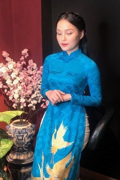 Bộ áo dài của Phương Linh diện khi tặng hoa cho Tổng thốngcóchất liệu gấm mang màu xanh của hòabình. Họa tiếtchim hạcđược thêu tay tinh xảo, thể hiện thông điệpđất nước ngày càng phát triển.