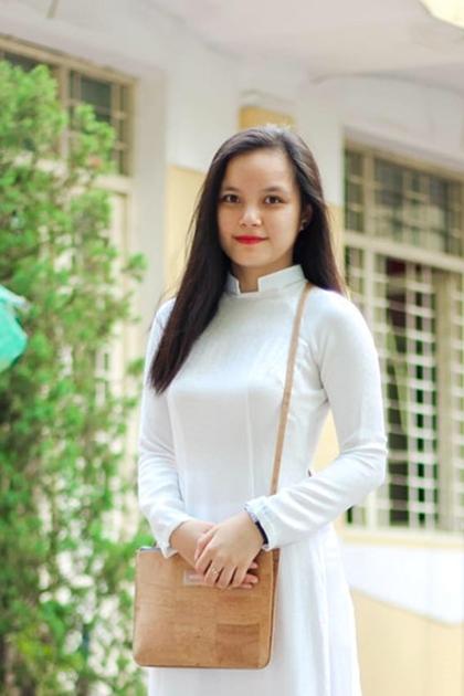 Phương Linhtừng đoạt danh hiệu Hoa khôi Nét đẹp Tràng An 2016. Cô gây ấn tượng với người đối diện bởi mái tóc dài, đôi mắt to và gương mặt tròn đầy.