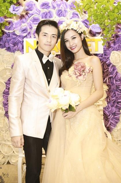 Kỷ niệm 5 năm yêu nhau, cả hai diện trang phục cưới trong một tiết mục song ca trên sân khấu Gala nhạc Việt.