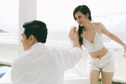 Đông Nhi và Ông Cao Thắng tạo dáng hài hước trong một lần nghỉ dưỡng. Cô chia sẻ: Mình cầu hôn mà anh ấy mặt lạnh lùng thế kia.
