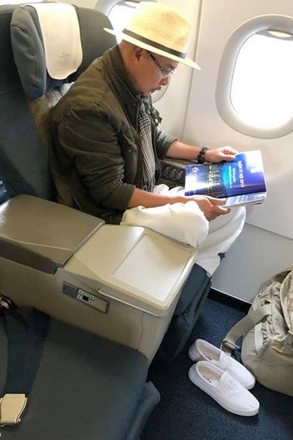 Ông Đặng Lê Nguyên Vũ ngồi máy bay hạng thương gia nhưng chỉ đi đôi giày lười đơn giản. Ảnh: Facebook..