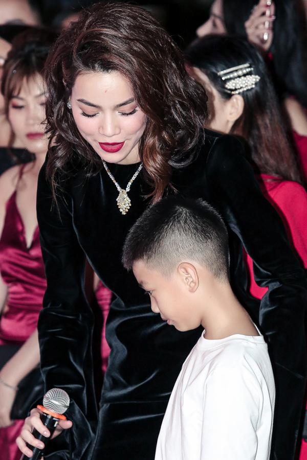 Con trai Hồ Ngọc Hà quấn quýt mẹ ở sự kiện
