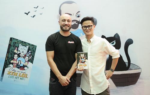 Jesse Peterson chụp ảnh cùng độc giả tại buổi ra mắt sách Ở đây vui quá, xin lỗi cười hết nổi.