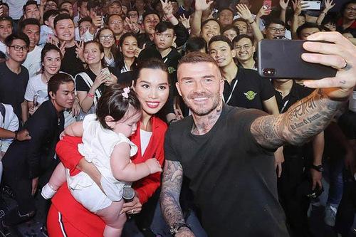 Con gái Hà Anhmải nhìn hình xăm của Beckham.