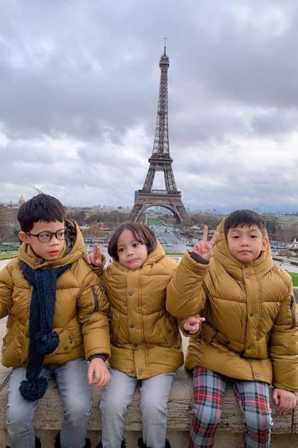 Mỗi năm, cậu bé được theo mẹ hoặc bố đưa đi du lịch khắp nơi trên thế giới. Trong ảnh: Subeo cùng các bạn tạo dáng tại Paris.