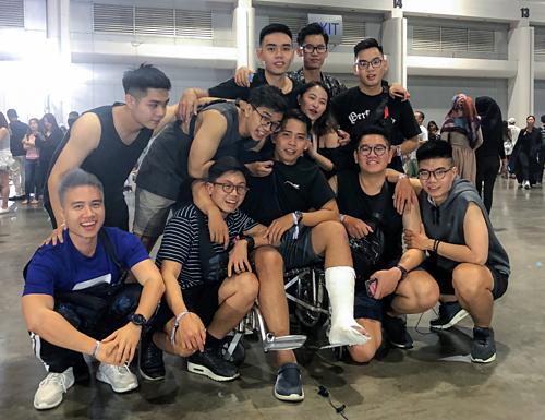 Nhóm sinh viên Đại học Quốc tế Sài Gòn hào hứng trước giờ Maroon 5 biểu diễn.