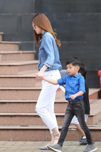 Cậu bé thừa hưởng gương mặt giống bố và đôi chân dài giống mẹ.