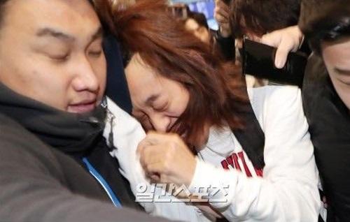 Jung Joon Young (áo trắng) tỏ ra đau đớn vì bị giật tóc, vứt mũ, đánh và xô đẩy xuất hiện trên trang đầu các báo lớn ở Hàn chiều 12/3.
