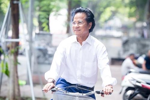 Chế Linh đạp xe dạo phố Hà Nội trong một lần tổ chức liveshow.