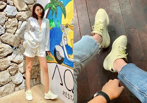 Họ còn có sneakers vàng giống nhau.