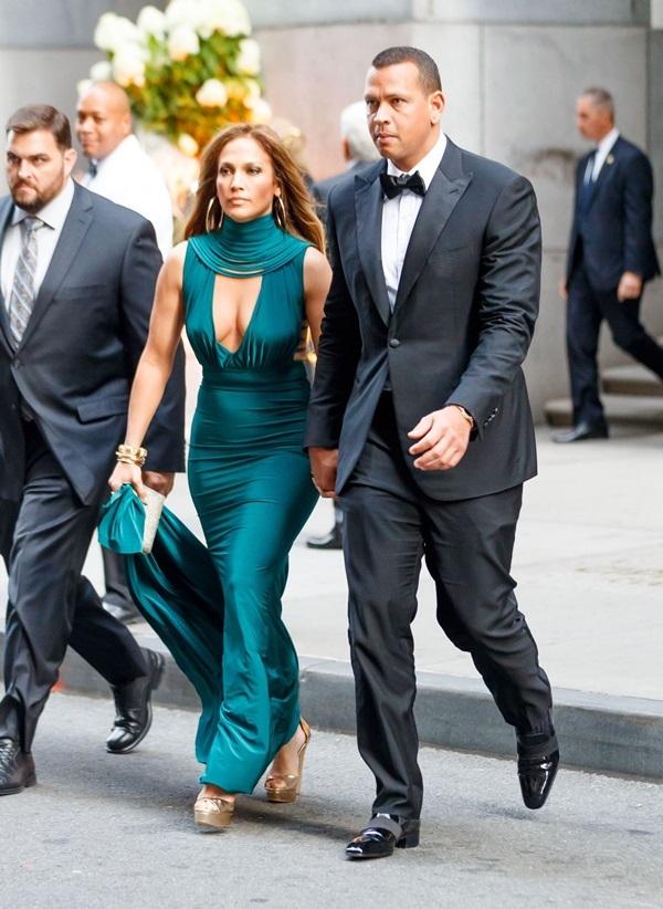 Jennifer-Lopez-13-1552554094_680x0.jpg