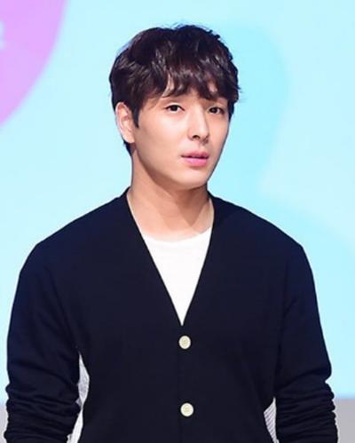 Choi Jong Hoon (trưởng nhóm F.T.Island) thường bình phẩm về các video sex. Đoạn tin nhắn mà SBS phanh phui còn khiến anh lộ chuyện từng bị cảnh sát bắt vì lái xe khi say xỉn. Doanh nhân họ Yoo nhờ quan hệ với cảnh sát và hối lộ để giúp bê bối của Choi Jong Hoon không bị vỡ lở. Thoát khỏi vụ lái xe khi say rượu, Choi Jong Hoon bình luận hả hê trong nhóm chat. Hôm 14/3, nam ca sĩ đăng bài xin lỗi trên trang cá nhân, thừa nhận hành xử bỉ ổi. Khi đọc lại những đoạn chat mà truyền thông đăng tải, anh hối hận, xấu hổ. Choi Jong Hoon xin lỗi nạn nhân bị quay lén, thông báo rút khỏi nhóm F.T.Island đồng thời từ bỏ làng giải trí.