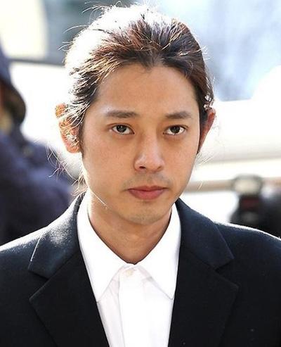 Jung Joon Young bị cáo buộc nghiêm trọng nhất về tội quay lén, phát tán video sex. Cảnh sát xác định từ năm 2015, anh này quay lén ít nhất 10 phụ nữ. Jung còn bị cáo buộc chuốc thuốc ngủ phụ nữ để giở trò đồi bại. Jung Joon Young được về nhà sáng sớm 15/3, sau 21 giờ thẩm vấn, xét nghiệm chất cấm. Theo Chosun, anh này đã giao nộp điện thoại cho cảnh sát nhưng là điện thoại sử dụng hai tuần gần đây với lý do mới thay điện thoại. Trong các tin nhắn mà đài SBS tiết lộ, Jung Joon Young khoe chiến tích tình một đêm của bản thân, liệt kê những nơi từng mây mưa với phụ nữ như phòng vệ sinh, vũ trường...