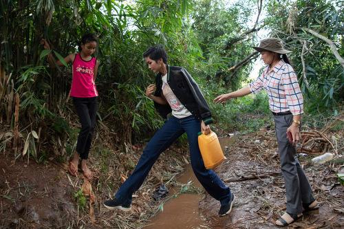 Nhân dịp về quê tham gia bế mạc Lễ hội Cà phê Buôn Ma Thuột, H'Hen Niê tiếp tục cùng chính quyền địa phương đi khảo sát nguồn nước tại một vài địa điểm trong buồn, đồng thời lấy mẫu nước đem đi kiểm nghiệm. Cô chia sẻ: