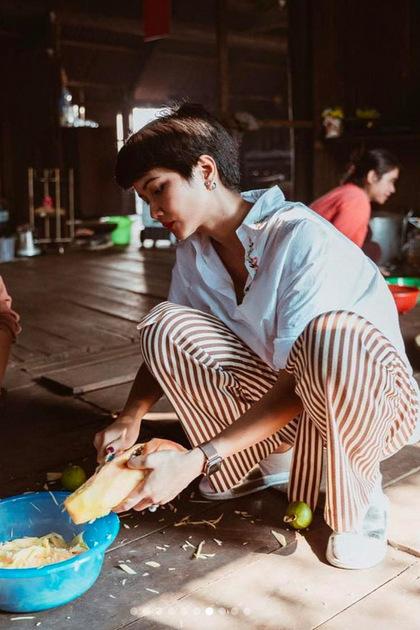 Trên trang cá nhân, HHen Niê chia sẻ những khoảnh khắc sum họpgia đình trong chuyến về thăm nhà ở Buôn Ma Thuột.
