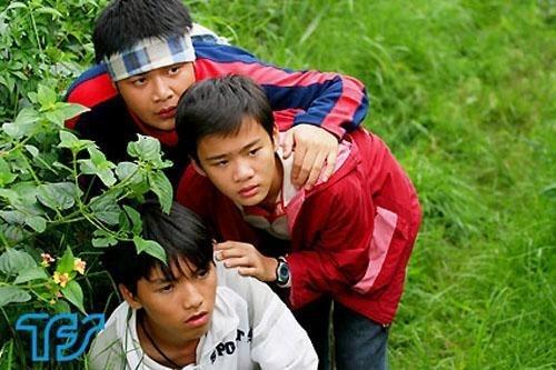 Phạm Huy Anh thủ vai nhóc Mạnh (áo đỏ), em họ của Quý ròm, có máu trinh thám. Dù chỉ là tuyến nhân vật phụ, vai diễn cậu bélắm lời, nhút nhát nhưng đáng yêu của Phạm Huy Anh được ưu ái cho xuất hiện trong nhiều tập phim.