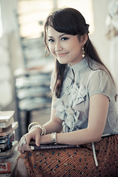 Năm 2009, khi sự nghiệp đang tiến triển tốt, Anh Đào quyết định đi du học Singapore. Sau ba năm, cô trở về và tiếp tục gắn bó với diễn xuất. Anh Đào đóng nhiềuphim như Tường Vi cánh mỏng, Nơi tình yêu bắt đầu, Phận đàn bà, Hoa nắng..., tuy nhiên những vai này đều không mang lại cho cô thành công như Kính vạn hoa. Hiện, cô gái 30 tuổi làm cố vấn chuyên ngành Marketing tại TP HCM.