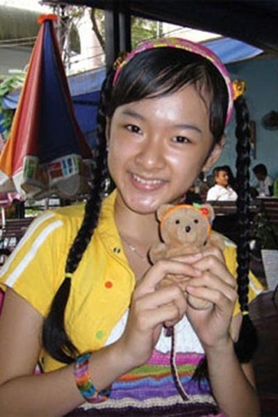 Angela Phương Trinh vào vai em gái Quý ròm, bị ông anh nóng tính bắt nạt nhưng cũng rất thương anh. Dù không có nhiều đất diễn, nét đáng yêu và lanh lợi giúp Angela Phương Trinh có cơ hội góp mặt trong bộ phim Mùi ngò gai (2005), sau đó là Bà mẹ nhí (2006). Hai vai này đều được đánh giá là để đời trong sự nghiệp diễn xuất của cô.