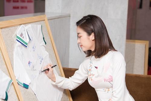 Hoa hậu Mỹ Linh diện áo dài do Ngọc Hân thiết kế tại sự kiện.