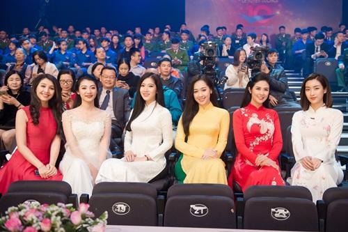 Chương trình còn có sự góp mặt của Top 15 Hoa hậu Việt Nam 2018 Phạm Ngọc Hà My (thứ ba, phải).