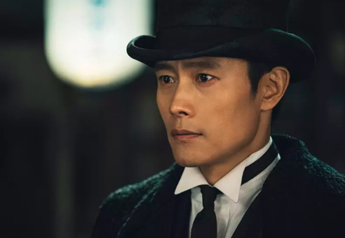 Lee Byung Hun sinh năm 1970, đóng phim từ năm 1991. Nhờ gương mặt nam tính, anh thường được giao những vai góc cạnh, cá tính, có số phậnthăng trầm. Sau Những tay đua kiệt xuất, anh gây tiếng vang vớiMột cho tất cả, Những ngày tươi đẹp, Mật danhIris, Master,bom tấnMasquerade, Quý ngài ánh dương...Tài tử Hàn Quốc còn góp mặt trong một số phim Hollywood.