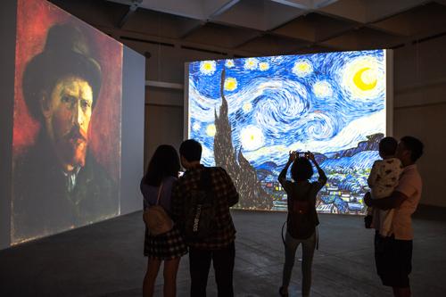 Đêm đầy sao và các bức tự hoạ là những tác phẩm thu hút người tham quan nhất triển lãm.
