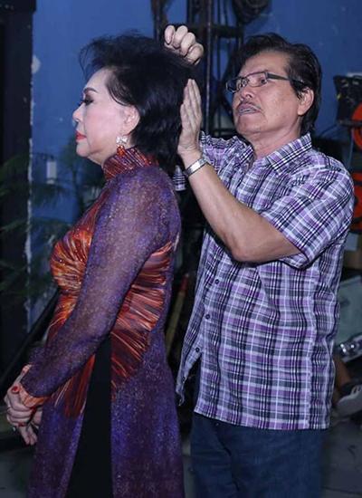 Chồng Giao Linh - ông James Võ - chăm sóc vợ trong hậu trường.